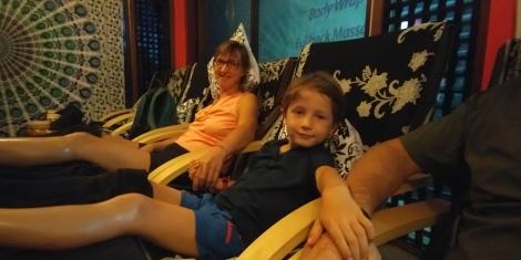 Petits massages de pieds en famille