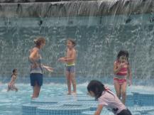 Avec jeux d'eau pour les enfants.