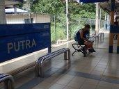 Départ en métro pour les grottes de BATU. En passant métro où vs pourriez manger par terre.