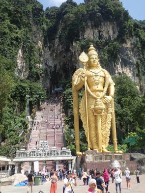 Temple Cave: Statue dorée de 43 M de Murugan. Et derrière les 300 marches à monter sous 33 degrés.