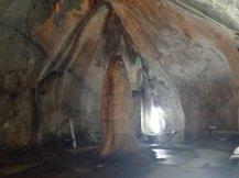 Et enfin au fond la stalagmite qui représente la verge de Shiva.