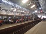 Nous voici à la gare de Colombo. Tout un folklore aussi.