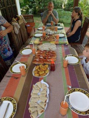 Petit déjeuner avec les suédois et une famille d'anglais vivant au Katar.