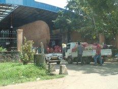 Sur la route petit aperçu du plus grand marché de fruits et légumes du sri-lanka.