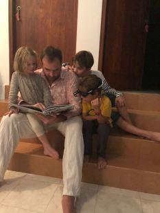 Et lecture de tonton avant une bonne nuit.