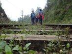 Jusqu'à la voie ferrée pour retourner au village.