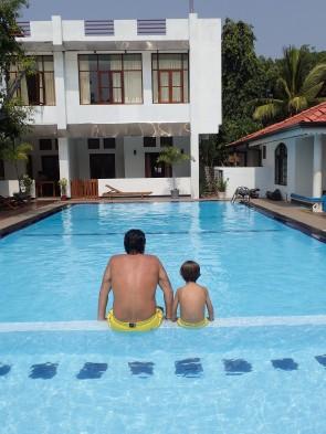 A fond de la piscine.
