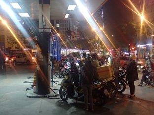 La cohue des scooters à la pompe.