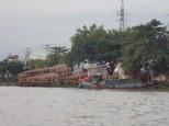 Des tonnes de poteaux en bois qui servent d'étais ds le bâtiment.