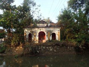 Temple le long du canal.