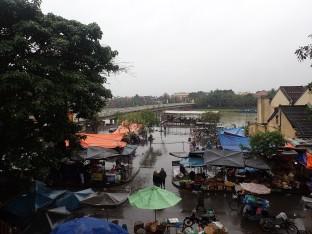 Après cette séance de beauté et une heure de route nous voici arrivés à Hoi An sous une petite pluie.