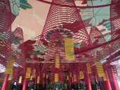 Le temple chinois Phuc Kien de 1757 avec ses spirales d'encens se consumant doucement.