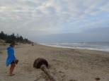 Un saut à la plage mais le temps n'est pas terrible et il y a de grosses vagues.