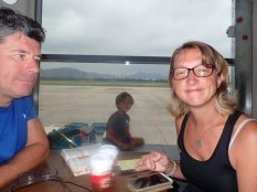Et nous revoici à l'aéroport pour Haiphong. Simon regarde le ballet des avions de chasse vietnamien et pense qu'il y a la guerre qqe part. Mais non, tout va bien dans ce beau MONDE!!!!