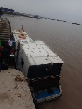 Et voilà on touche au but, après une heure de bus nous voici arrivés au bateau tant désiré qui va nous emmener à Cat Ba.