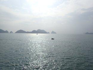 Le soleil se lève sur la baie de Lan Ha.