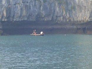 Les pêcheurs avec leur barque rentrent.