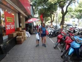 Après encore qqes heures de bus nous voici arrivés à Hanoï. C'est lourd, il fait chaud, on a faim et on est fatigué. GRRRRR!!!