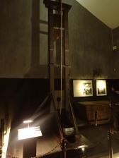 Notre très chère Mme la guillotine, entre ça et les cachots Simon a très bien dormi!!