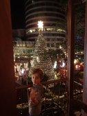 Une petite nuit à Colombo et un sapin énorme devant notre chambre. Simon aux anges.