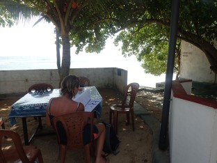 """Pause déjeuner au bord de l'eau dans notre """"cantine""""."""