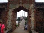 Pont piétonnier vers l'îlot du temple Parey Dewa