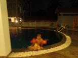 En arrivant, petit saut dans la piscine pour Simon