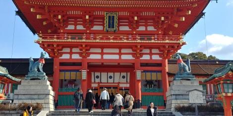 Le sanctuaire Fushimi-Inari. Fondé en 711 et comprenant 30 000 Torii sur 5 kms à flan de colline.