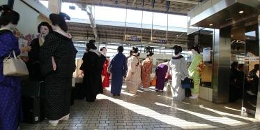 Et là incroyable, de vrais geishas à la gare.
