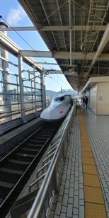 Voilà notre train : le superbe Shinkansen.