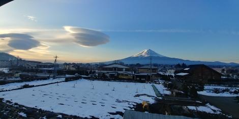 Lever du soleil sur le Fuji. 3776 mètres de hauteur. Et ses 2 soucoupes volantes!!!!
