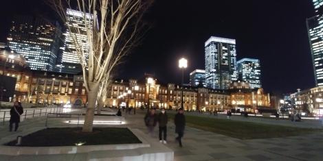 Gare de Tokyo nous avons RDV avec des amis de KIKI pour dîner.