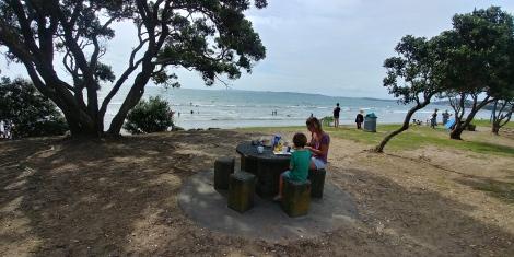 Petit déjeuner sur la plage d'Orewa. Que du bonheur.