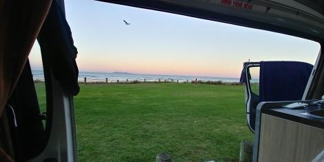 Endroit sympa pour camper en bord de mer avec wc et barbecue. Bon ok la police nous a demandé très très gentiment de déménager après notre repas.
