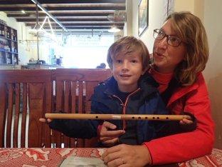 Flûte traversière en bambou à la joie de Simon qui en faisait avant notre départ.