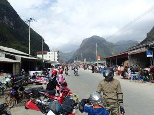 Et on repart en moto, eux, repartirons à pied sur les pentes abruptes des montagnes, chargés comme des mulets.