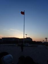 Coucher de soleil sur la place Thian Anmen juste avant la cérémonie du drapeau.