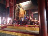 Salle d'enseignement transmis par le Dalaï-Lama. Statue de Tsongkhapa.