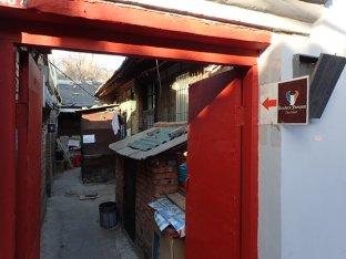 Et là dans une petite ruelle de Hutong, une boucherie française. Enfin une petite boutique avec du pain du fromage et un peu de saucisson. Tout pour faire de bons sandwichs.