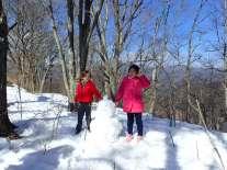 Et voilà un bonhomme de neige fait en partenariat avec un papa et sa fille.