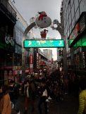 Takeshita-Dori une rue folle et une salle de spectacle et d'exhibition en plein air.