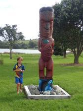 Entrée du Tawharanui Regional Park. Et Simon impressionné par le gros ......