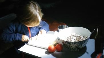 Simon adore aider à la préparation des repas.