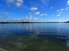 Camping au bord du lac de Rotorua. Une odeur de souffre et des fumerolles ds le camping.