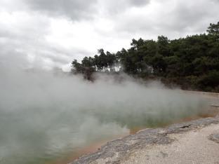 La piscine de Champagne.60 m de diamètre pour 60 m de profondeur et une température de 74 degrés.