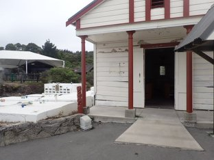 L'église et son petit cimetière ou les tombes sont à l'extérieur du sol à cause des séismes.