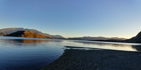 Le soleil se lève sur le lac. Moment zen.