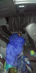 Gros dodo pour Simon qui ne verra rien du voyage. Il dort partt maintenant, vous verrez plus tard. LOL.