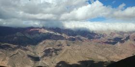 Qqes nuages s'ajoutent à la beauté du site.