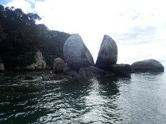 Enorme rocher fendu en deux. Une vraie curiosité.